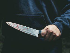 Salerno, tentato omicidio suicidio: sgozza la moglie e si im