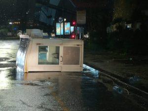 Maltempo Napoli, il vento fa danni: a Posillipo crollano alb