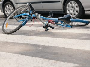 Salerno, perde il controllo della bici e cade, morto ciclist