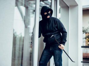 Pozzuoli, rapinatori fanno irruzione nella banca: messi in f