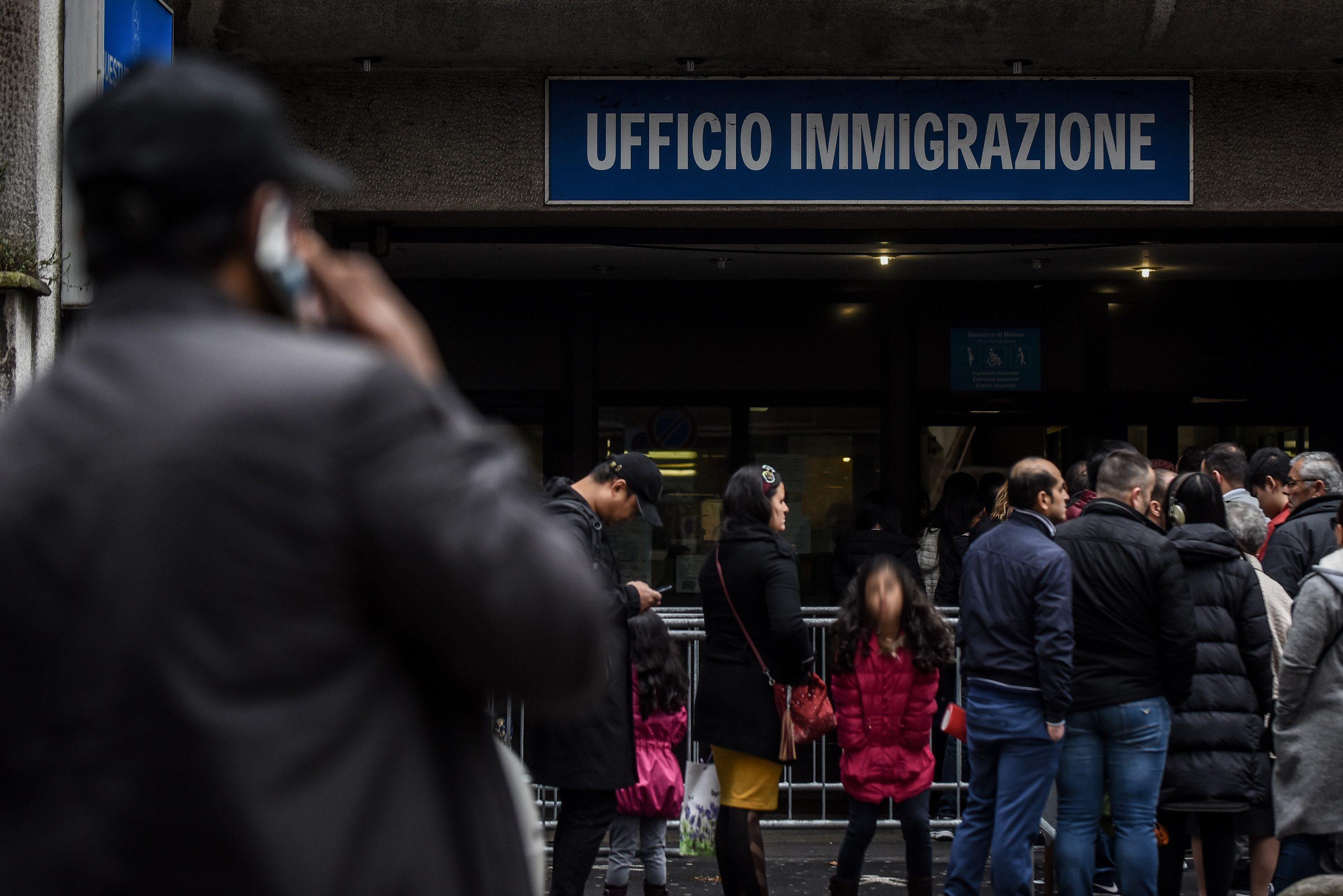 A Napoli in 24 ore rilasciati 2.650 permessi di soggiorno ...