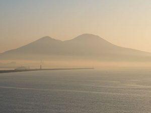 Meteo Napoli, città avvolta nella nebbia: l'insolita cartoli