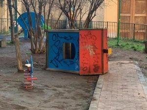 Napoli, vandalizzato il parco giochi per i bimbi nel monaste