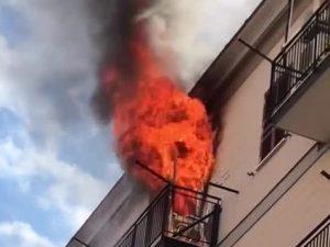 Napoli, incendio in un appartamento: pompieri bloccati da auto in sosta selvaggia