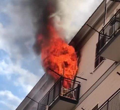 Napoli, nel palazzo scoppia un incendio: 4 anziani salvati dalla ...