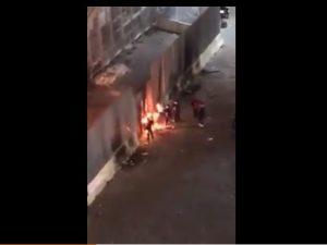 Rione Sanità, baby gang appicca un incendio all'esterno dell