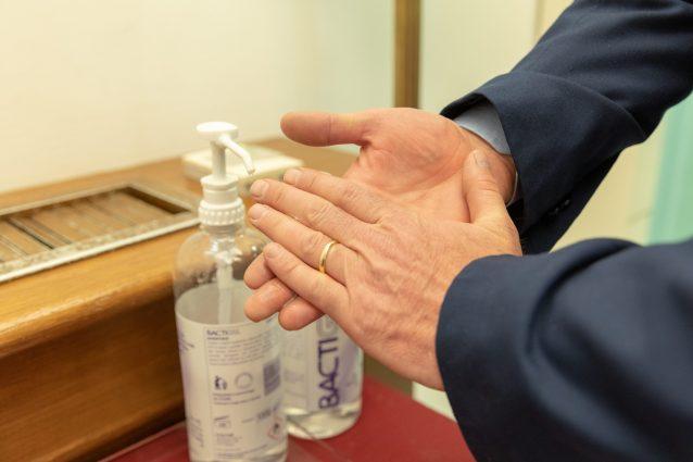 Coronavirus, a Napoli tutti a lavarsi le mani: 1.400 litri d