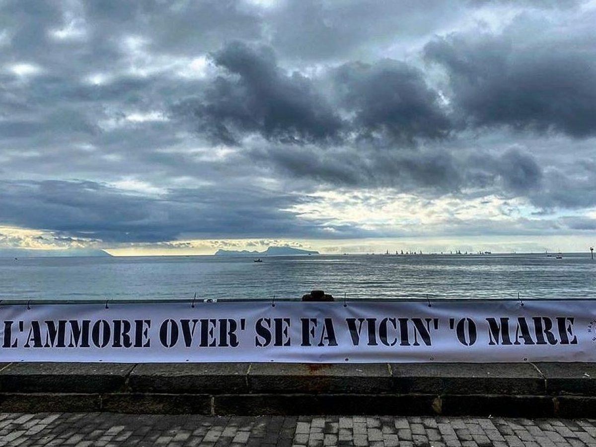 Frasi Sul Mare Di Napoli.L Ammore Over Se Fa Vicin O Mare Lo Striscione Sul Lungomare Spopola Su Instagram
