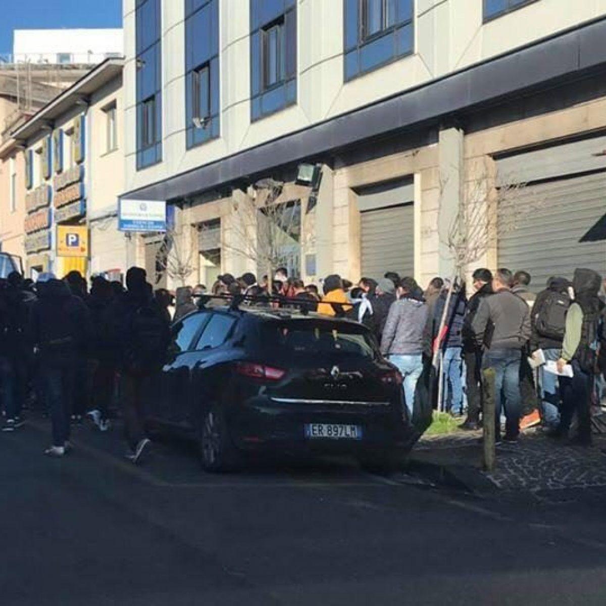 Folla All Ufficio Immigrazione Di Napoli La Questura Lo Chiude