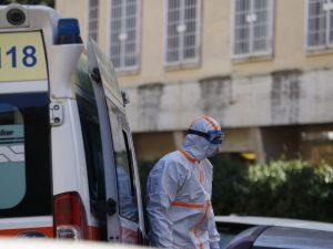 Coronavirus, a Pozzuoli fanno festa per strada in 50 come se