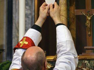 A Napoli messa a Pasqua e via Crucis a porte chiuse per Coro