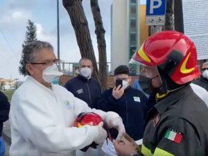 Napoli, l'omaggio delle forze dell'ordine e dei pompieri ai