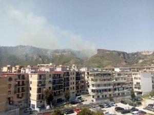 Incendio sulla collina dei Camaldoli, sul posto i vigili del