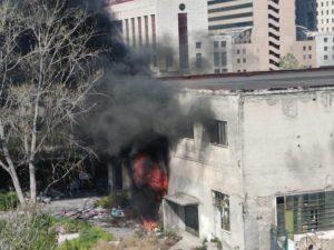 Colonna di fumo nero a Gianturco: incendio nel campo rom nel