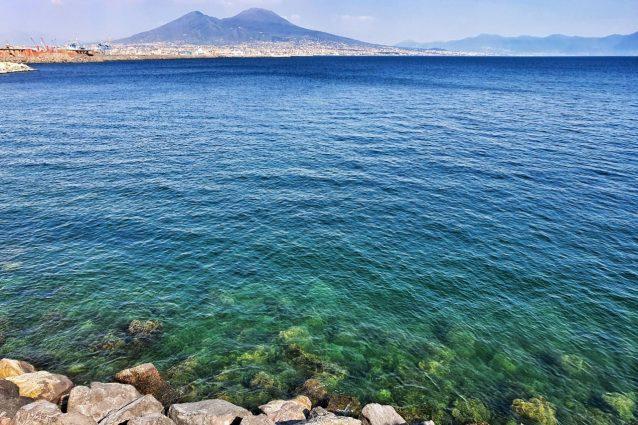 A un mese dall'inizio della quarantena il mare di Napoli è r