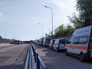 Napoli, ambulanze 118 in fila per ritirare tute anti Coronav