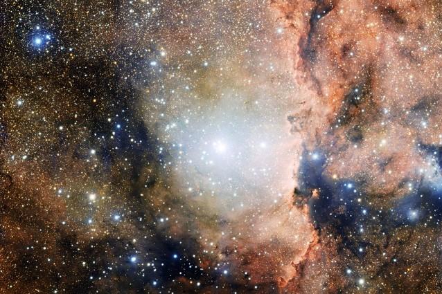 Sezione dell'associazione stellare OB1 dell'Altare. Nel centro dell'immagine si vede il giovane ammasso aperto NGC 6193, mentre sulla destra la nebulosa a emissione NGC 6188, illluminata dalla radiazione ionizzante emessa dalle vicine stelle brillanti (foto ESO)