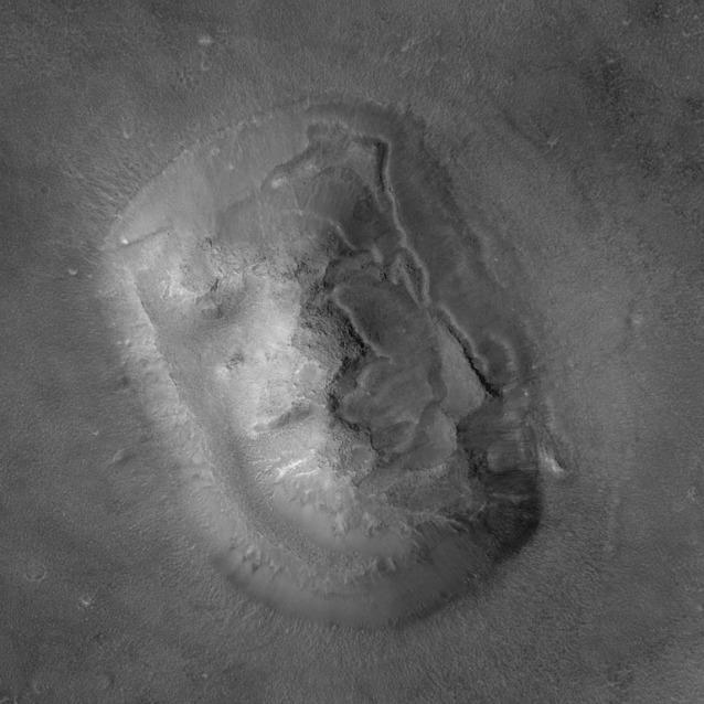 """Il """"volto su Marte"""" fotografato dalla sonda Mars Global Surveyor nel 1998 ad altissima risoluzione ha molto poco di umano"""