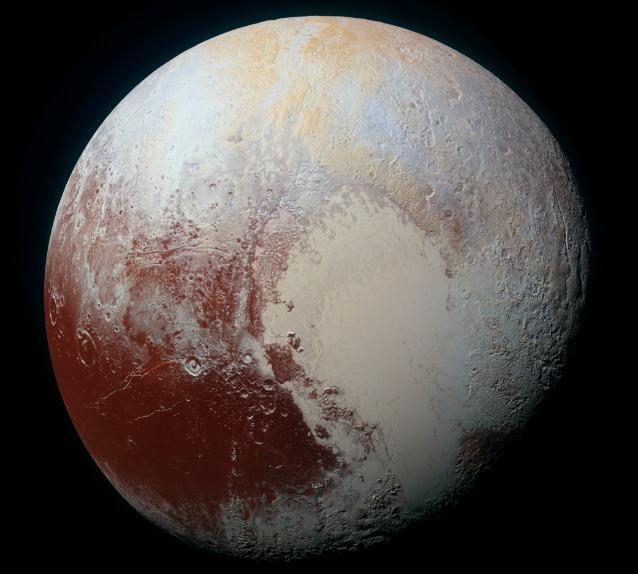 Cieli azzurri e distese di ghiaccio su Plutone