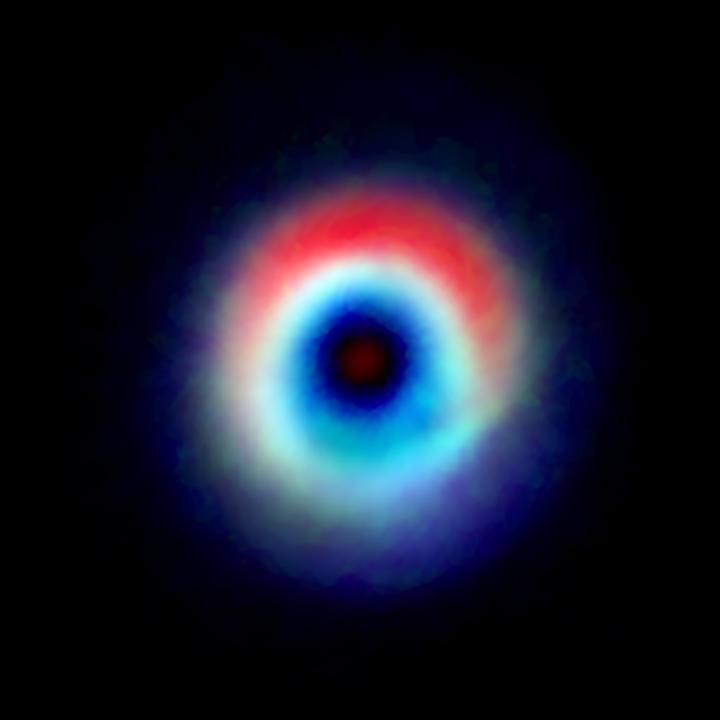 In rosso, la regione ad arco priva di gas; in blu e verde l'anello di monossido di carbonio – Credit: Andrea Isella/Rice University; B. Saxton (NRAO/AUI/NSF); ALMA (NRAO/ESO/NAOJ) USAGE RESTRICTIONS