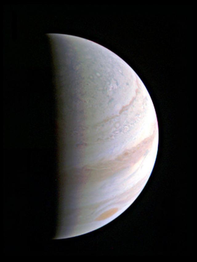 Vista ravvicinata di Giove, dalla distanza di 703.000 chilometri (Credits: NASA/JPL–Caltech/SwRI/MSSS)