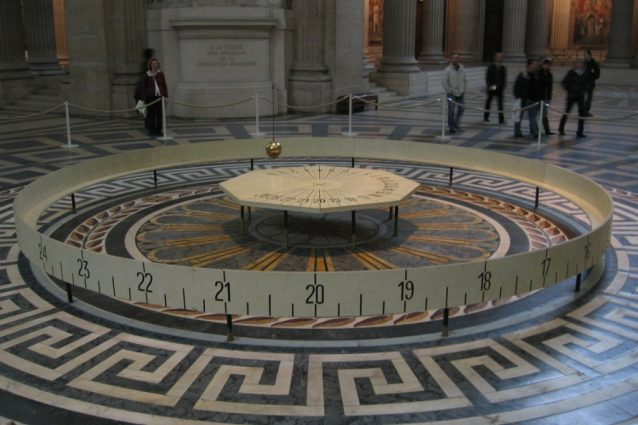 Il pendolo di Foucault dimostra la rotazione terrestre in atto.