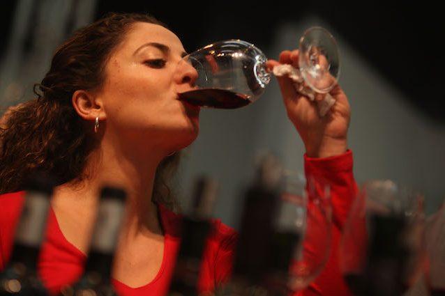 Mal di testa, nausea e crampi alla pancia: perché il vino ci fa male