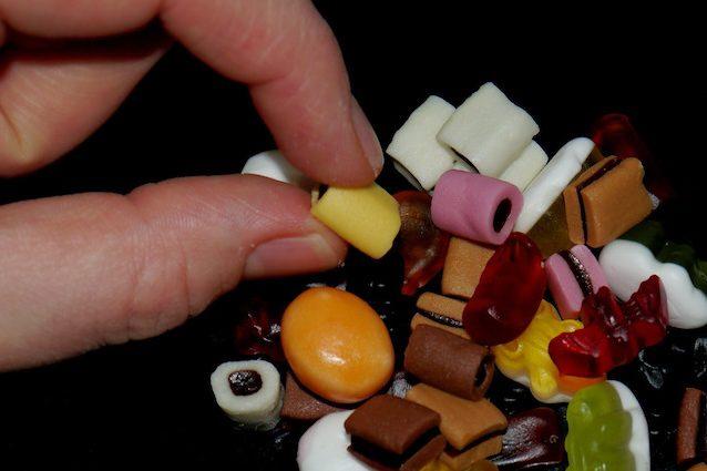 Allarme cancro, potrebbe essere pericoloso: cos'è l'E171 e in quali alimenti si trova