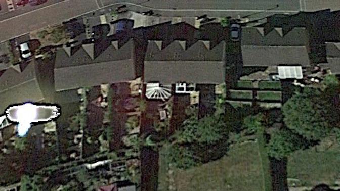 Strutture in vetro nelle villette a schiera vicino ai presunti Ufo.