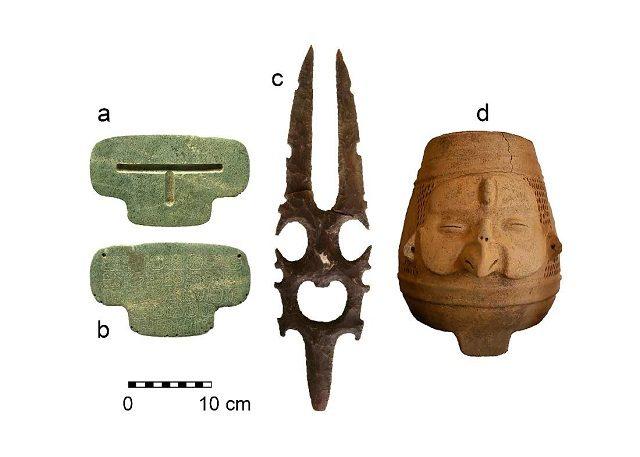 Le due facce del pendente e altri oggetti recuperati nella tomba