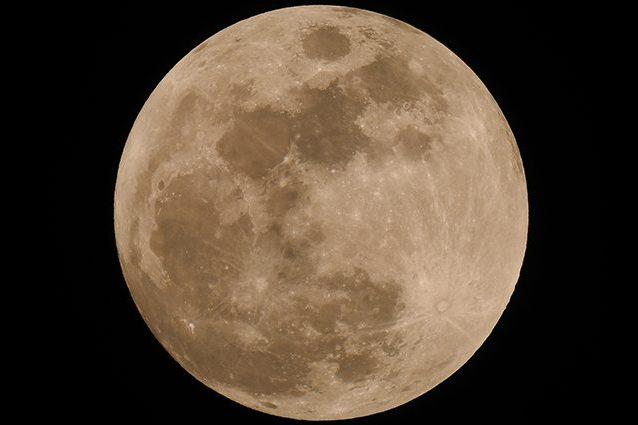 Tutto pronto per la Luna Fragola: perché si chiama così, quando e come guardarla