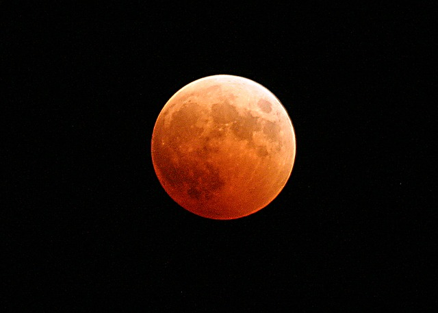 Eclissi di Luna - Foto di skeeze https://pixabay.com/it/eclissi-lunare-luna-sangue-orange-767808/