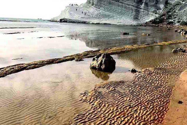 Da bianca a rossa, immagini choc: cosa succede alla spiaggia della Scala dei Turchi, Sicilia