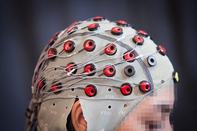 Il casco necessario per comandare il robot col pensiero
