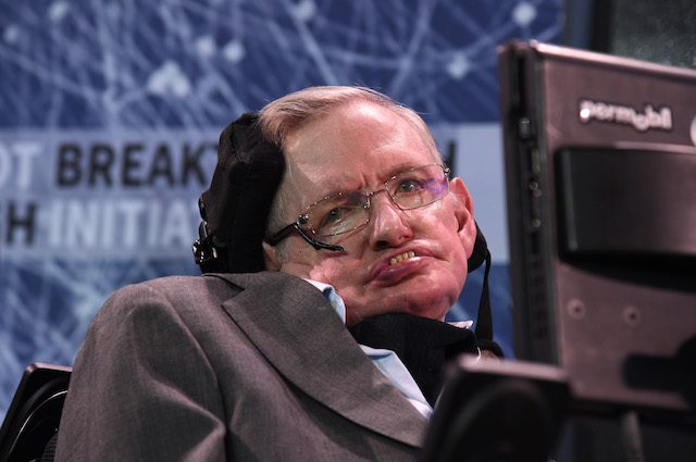 """Stephen Hawking: """"Gli umani dovrebbero lasciare la Terra"""". E ci spiega perché"""