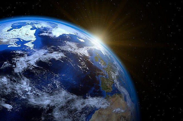 Il sorgere del Sole PIRO4D https://pixabay.com/it/terra-planet-mondo-globo-sun-1990298/