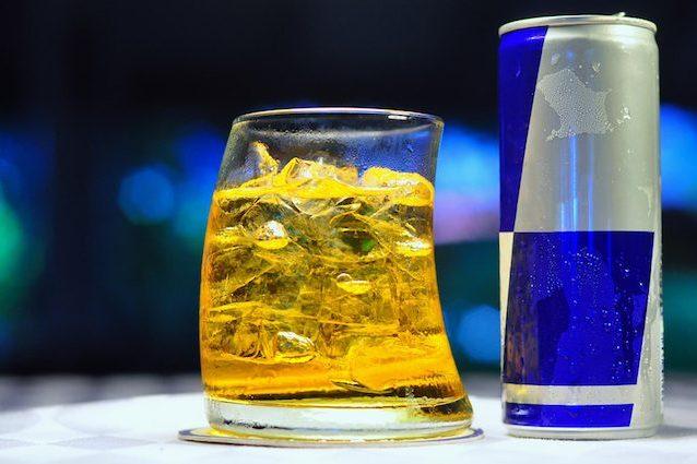 Energy drink e alcol, il cocktail pericoloso per la salute: ecco perché