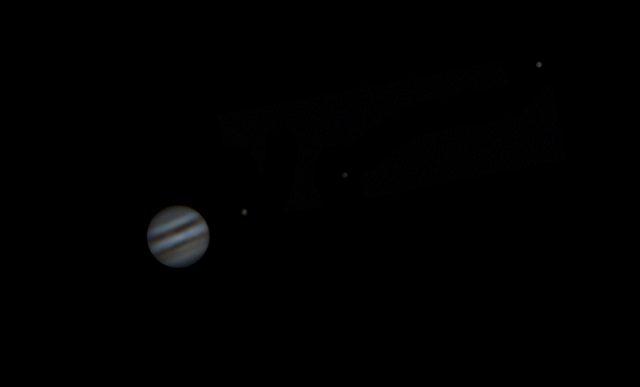 Uno scatto amatoriale di Giove con tre satelliti galileiani