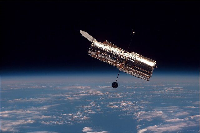 Il Telescopio Spaziale Hubble: foto di NASA https://it.wikipedia.org/wiki/Telescopio_spaziale_Hubble#/media/File:Hubble_01.jpg