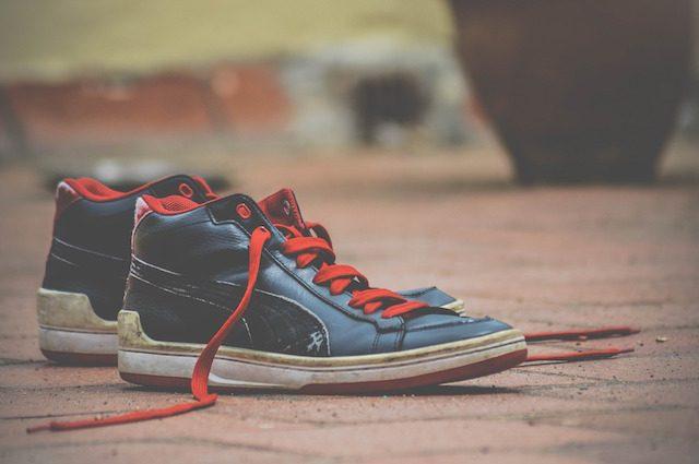 Una forza oscura slaccia i lacci delle nostre scarpe: ecco come fa