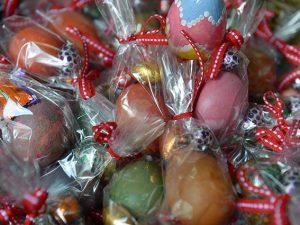 Uova di Pasqua di cioccolato e decorate (Getty).