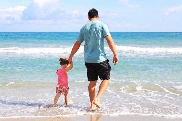 I papà sono più affettuosi con le figlie e motivatori con i figli