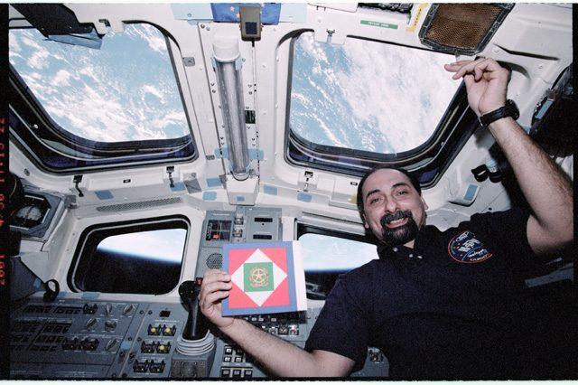 Umberto Guidoni con la bandiera della Presidenza della Repubblica italiana, a bordo dello Space Shuttle: credit Mariam10