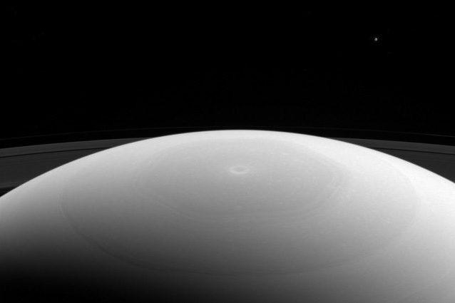 Mimas e Saturno: lo scatto della NASA immortala insieme la luna, il Pianeta e i suoi anelli