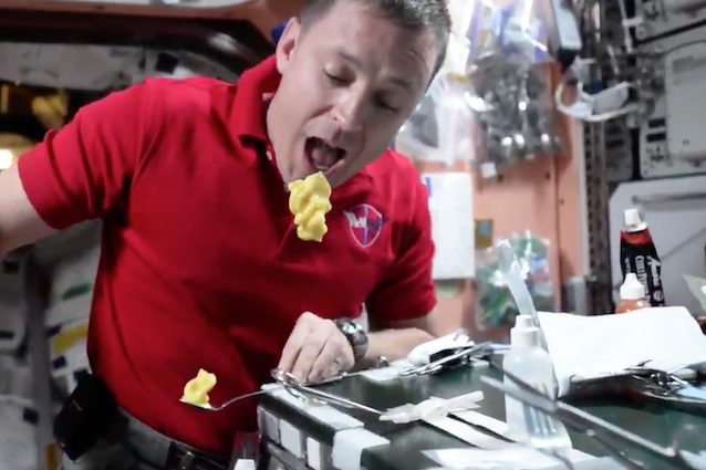 Come si mangia nello spazio? I video di Jack Fischer svelano il 'food porn' della NASA