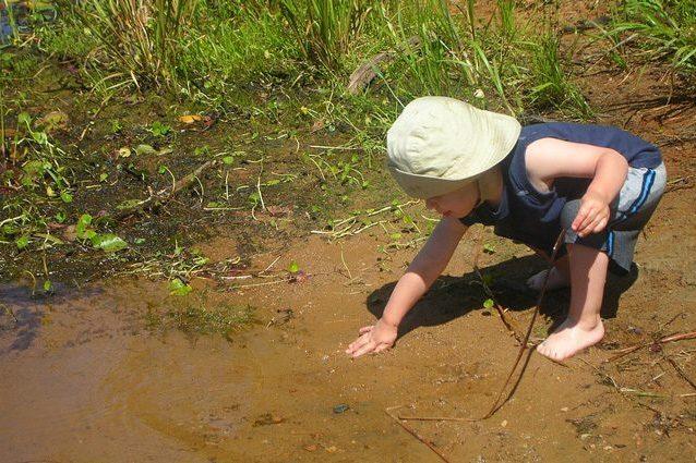 Lo sporco fa bene alla salute dei bimbi: perché i germi rinforzano il sistema immunitario