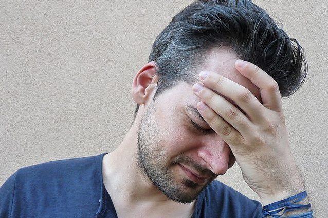 Accettare la tristezza ci fa stare meglio: non obblighiamoci a pensare positivo