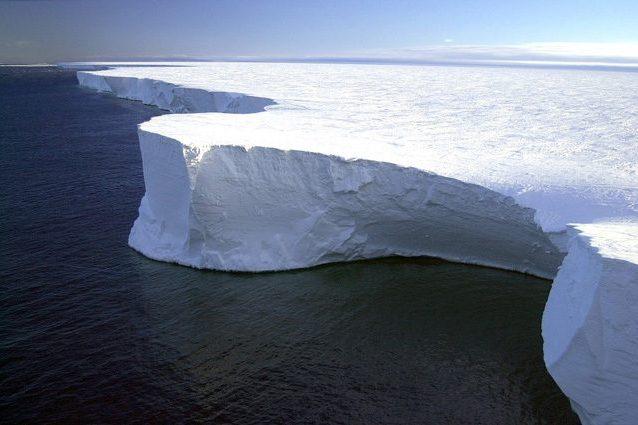 L'iceberg grande come la Liguria minaccia l'Atlantico: ha preso il largo e perde frammenti