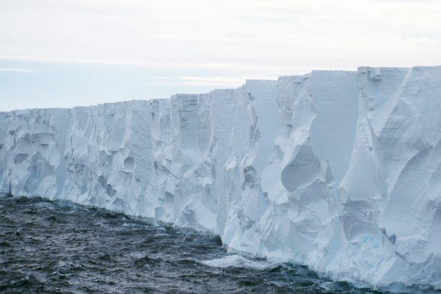 """Iceberg colossale sta per staccarsi dal Polo Sud: rischio """"Titanic"""" per le navi in transito"""
