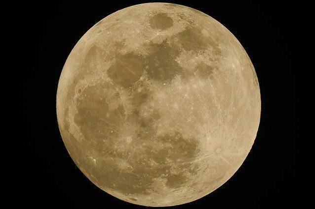 Occhi al cielo per la Luna Storione: quando vederla e perché si chiama così